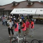 到着しs他選手からスタッフが自転車のタグを回収します