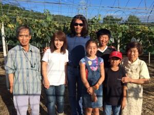 小学校時代からの友人本倉家族と(写真中央)