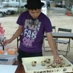 地域おこし協力隊員がケーキを作成販売