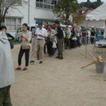 今年もマツタケ汁に並ぶ大勢の人々